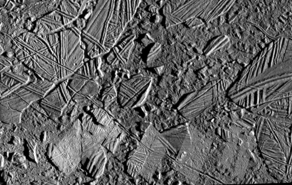 Imagem da superfície da lua Europa, de Júpiter. A imagem é cinza, com diversos fragmentos de tamanhos diferentes justapostos e pequenos cacos.