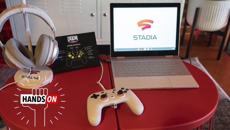 Mesa vermelha com joystick do Stadia no centro, um notebook com a tela mostrando o logo do Stadia na direita e o