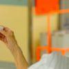 Mão de uma pessoa apertando botão para chamar enfermeiro