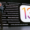 Craig Fedrighi, da Apple, com o logotipo do iOS 13
