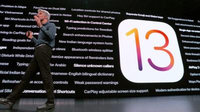 Craig Fedrighi, da Apple, com o logotipo do iOS 13