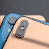 Dois iPhones XS dourados e um iPhone XR azul