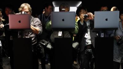 Fotógrafos capturando imagens de MacBooks Pro