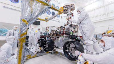 Engenheiros instalam rodas no rover Mars 2020