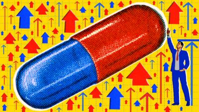 Homem apontando para um pílula, com várias setas apontando para cima em volta