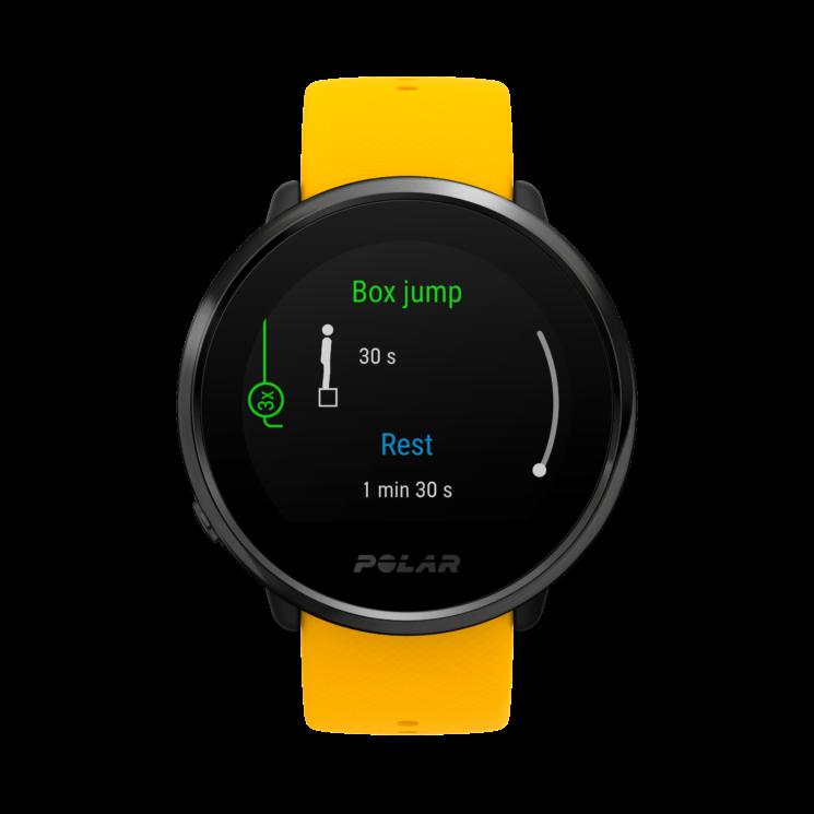 Relógio de pulso Polar Ignite. A pulseira é amarela e o corpo é preto. Na tela, há instruções para um exercício físico de subir e descer de caixas.