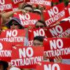 """Manifestantes em Hong Kong seguram cartazes dizendo """"No extradition"""""""