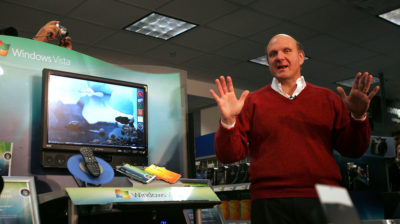Ex-CEO da Microsoft Steve Ballmer ao lado de um laptop com Windows Vista