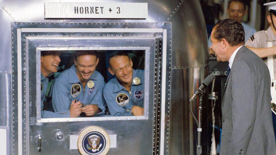 Astronautas da Apollo 11, em quarentena, conversam com o presidente Nixon