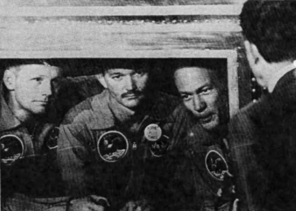 Primeiros astronautas a pisarem na Lua em quarentena enquanto falavam com o presidente Richard Nixon. Crédito: NASA Mooned America!