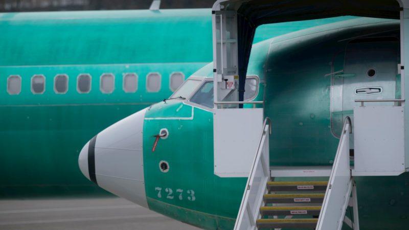 Detalhe de turbina de avião na cor verde