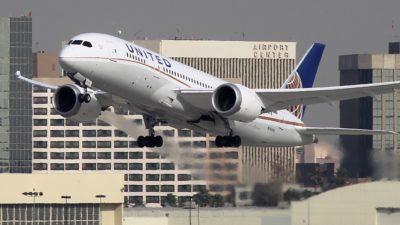 Avião da United, um boeing 787, deixa o aeroporto de Los Angeles, nos EUA
