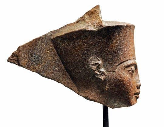 A escultura de Rei Tutancâmon de perfil