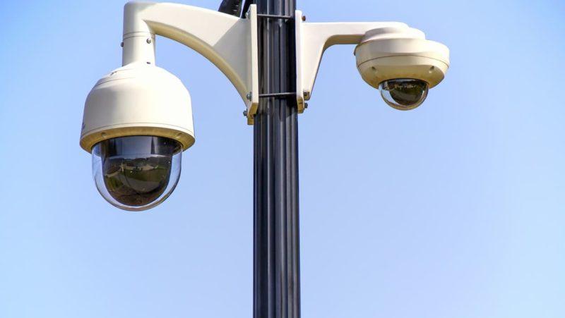 Duas câmeras de segurança em um poste