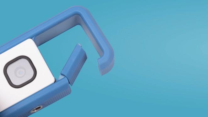 Câmera IVY REC azul com a fivela aberta.