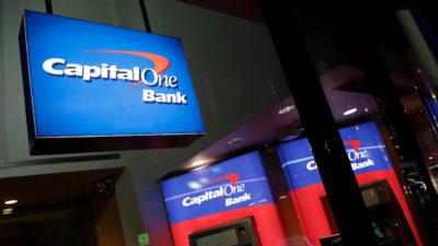 Fachada de agência do banco Capital One.