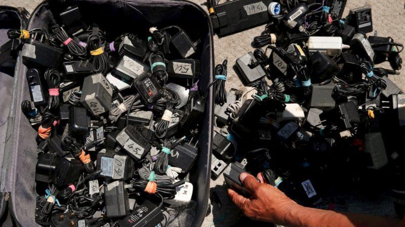 Mala cheia de carregadores sem nenhuma embalagem.