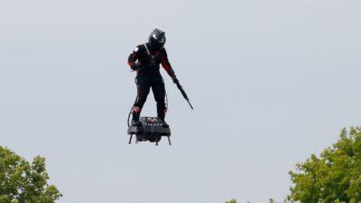 Prancha voadora Flyboard Air mostrada durante desflie do dia da Bastilha na França