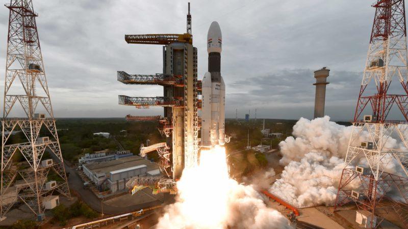 Foguete da missão da Índia indo em direção à Lua