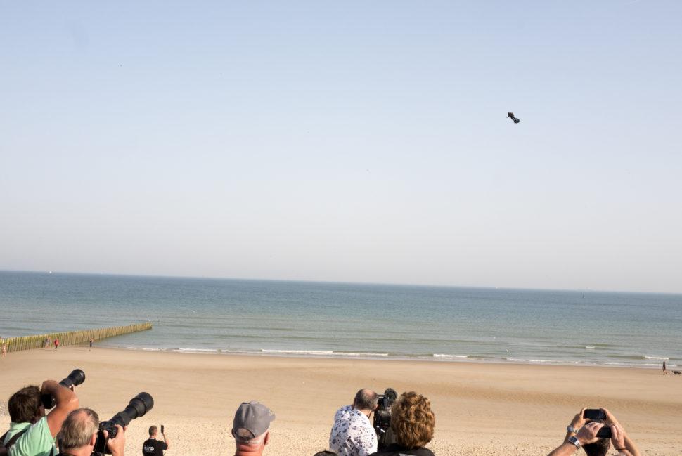 Pessoas observam Franky Zapata voando sobre o Canal da Mancha