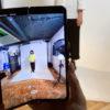 Pessoa tira foto com câmera do smartphone dobrável Galaxy Fold, da Samsung
