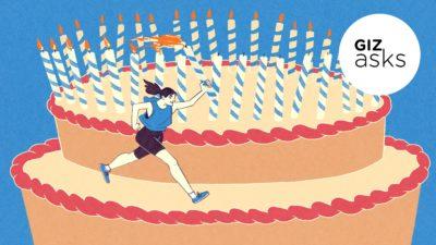Atleta corre ao redor de bolo