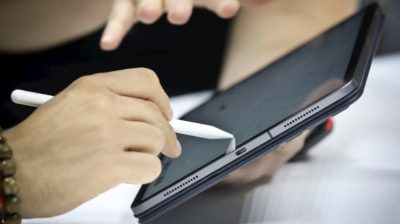 Pessoao manuseia um iPad Pro com caneta Apple Pencil