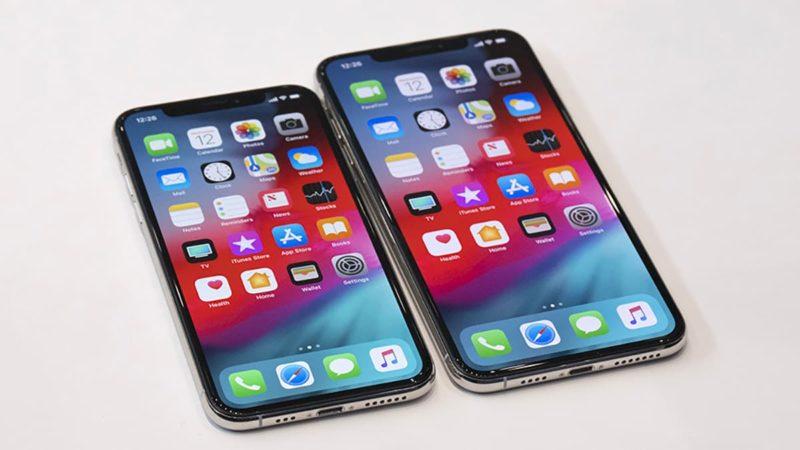 Dois iPhones Xs lado a lado