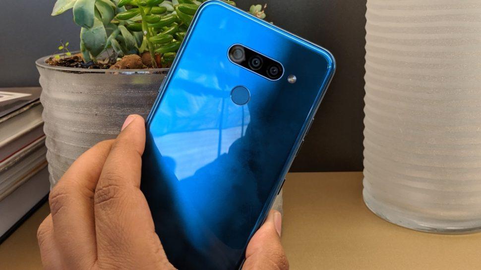 Traseira do smartphone LG K12 Prime no detalhe nas três câmeras