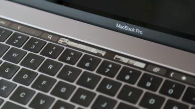 Touch Bar do MacBook Pro. Na pequena barra, que é uma tela, há abas de navegador e botões voltar e avançar.