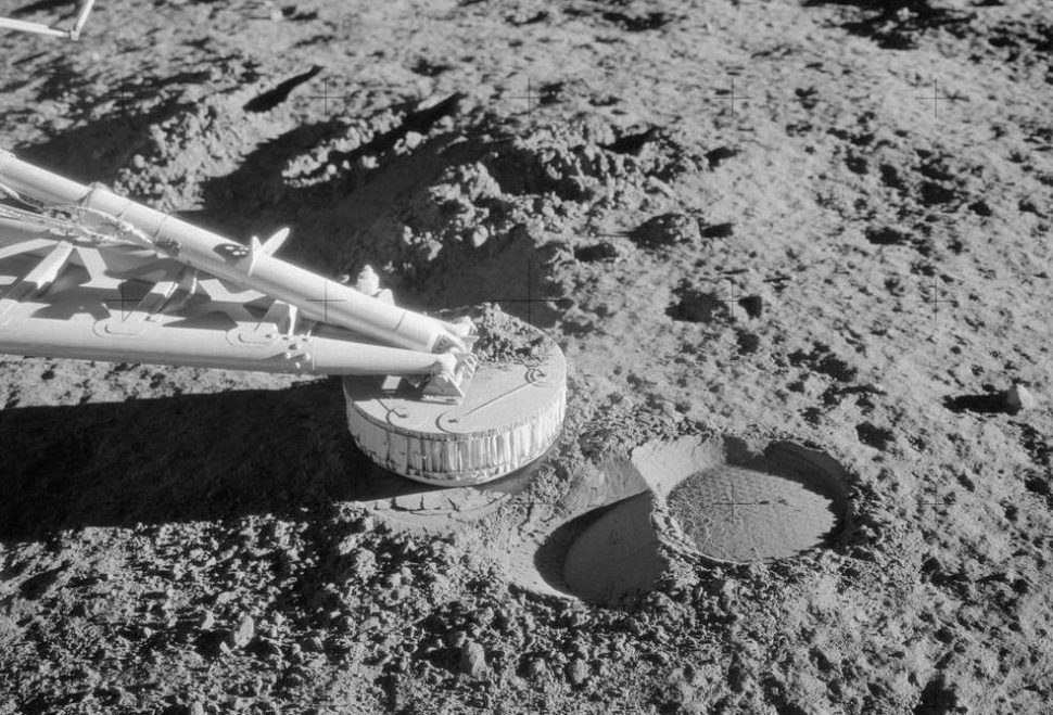 Marca na superfície da Lua do módulo não-tripulado Surveyor 3