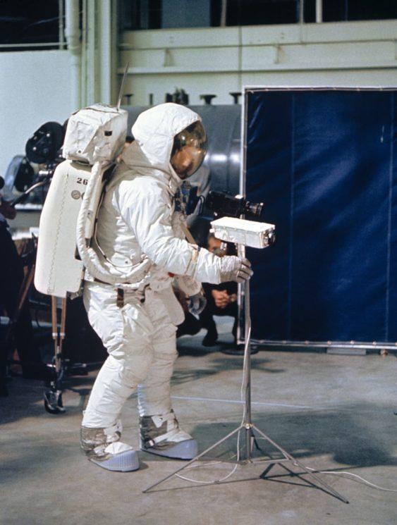 Neil Armstrong pratica uso de uma câmera de vídeo durante uma simulação em Houston em abril de 1969, três meses antes de ele caminhar na Lua