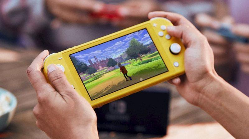 Pessoa jogando no Nintendo Switch Lite