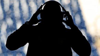 Sombra de homem ouvindo música