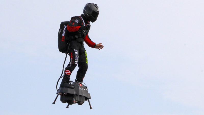 Frank Zapata inventor da prancha voadora Flyboard em tentativa de voo sobre o Canal da Mancha