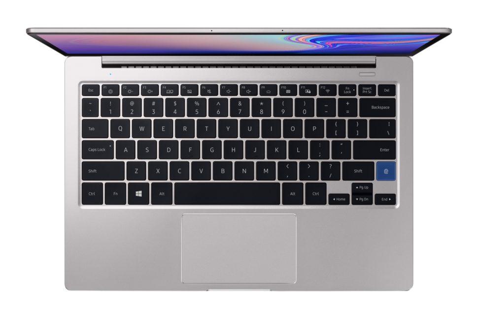 Detalhe do sensor de digital, em azul, no teclado do laptop S51, da Samsung