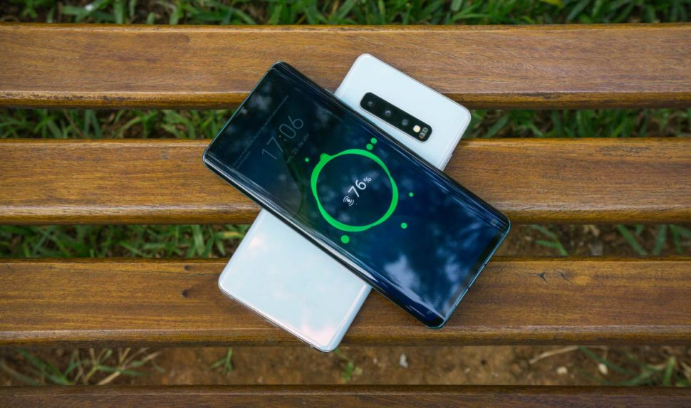 Recurso PowerShare do Galaxy S10 Plus carregando outro smartphone