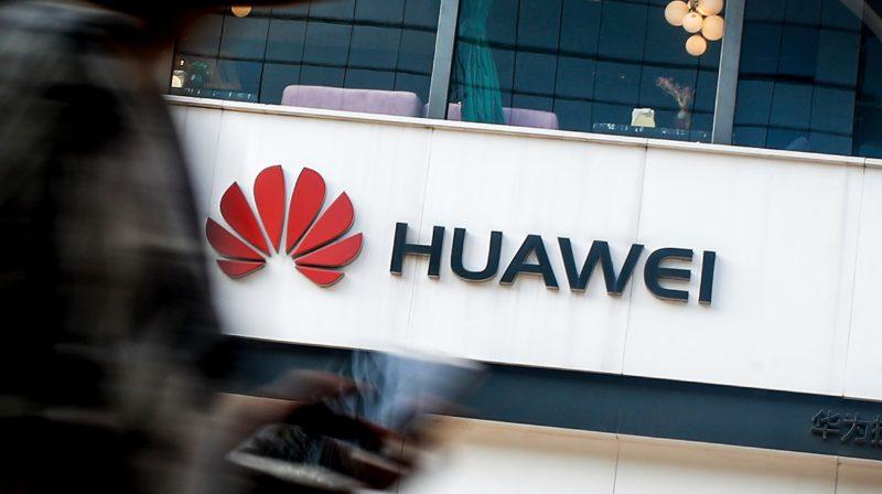 Logo da Huawei na fachada da empresa.