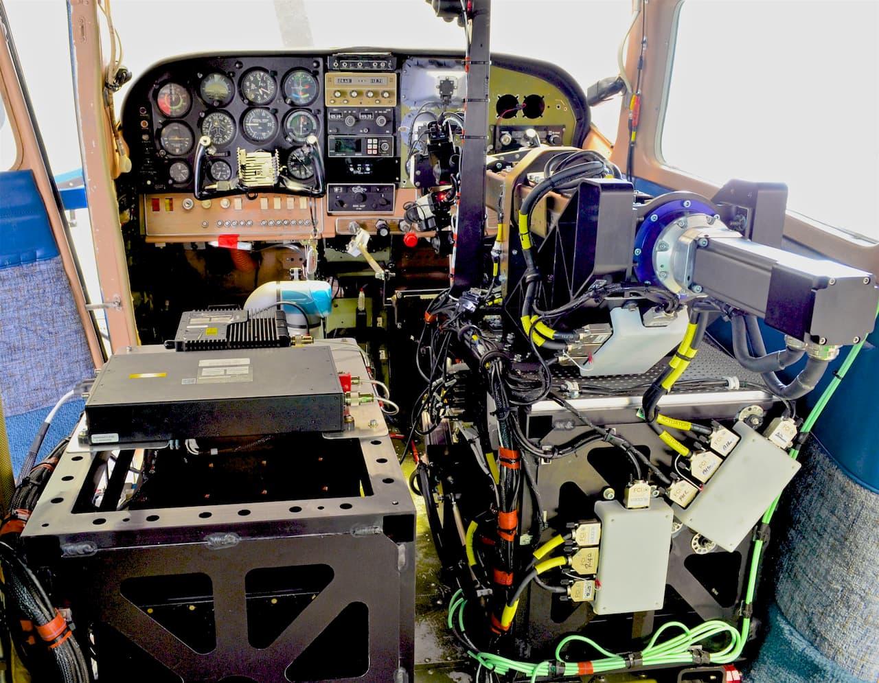 ROBOpilot, o robô da Força Aérea dos EUA que transforma qualquer avião numa aeronave autônoma, em frente a um cockpit