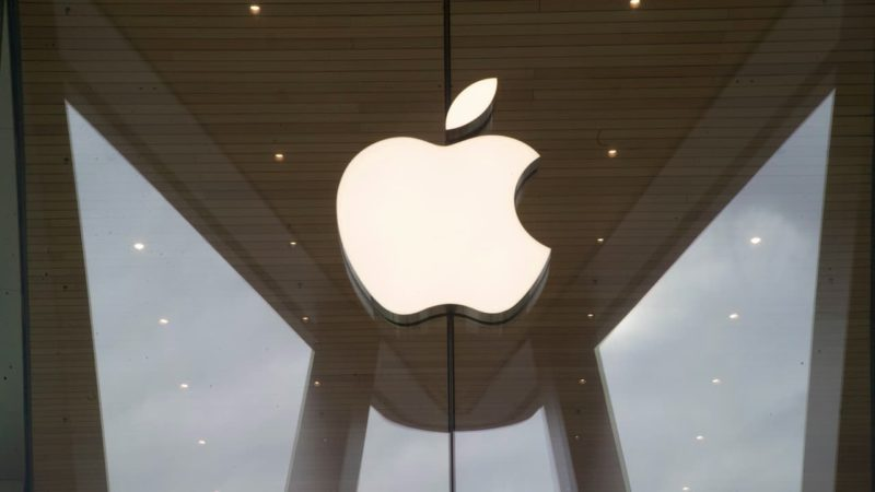 Logo da Apple em fachada de vidro de Apple Store