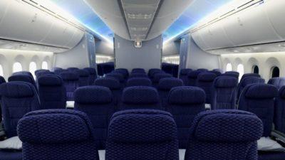 Assentos da classe econômica de um avião