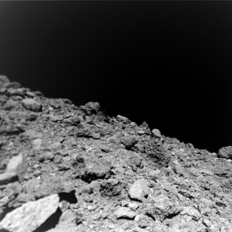 Foto do asteroide Ryugu feita sobre sua superfície. Crédito: Jaumann et al (Science (2019)