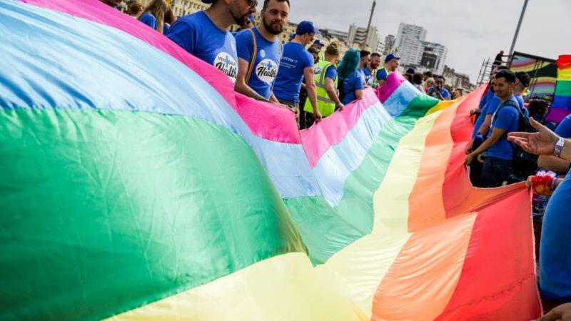 Pessoas seguram bandeira do orgulho gay. Crédito: Getty Images