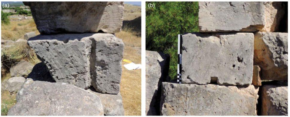 Duas fotos de blocos mostram sulcos por onde passavam as cordas.