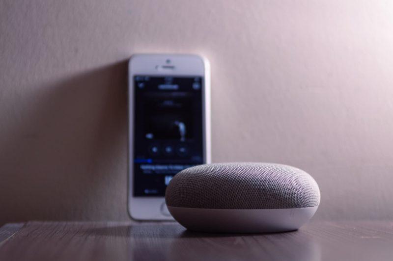 Google Home ao lado de iPhone