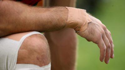 Mão de um homem com um curativo