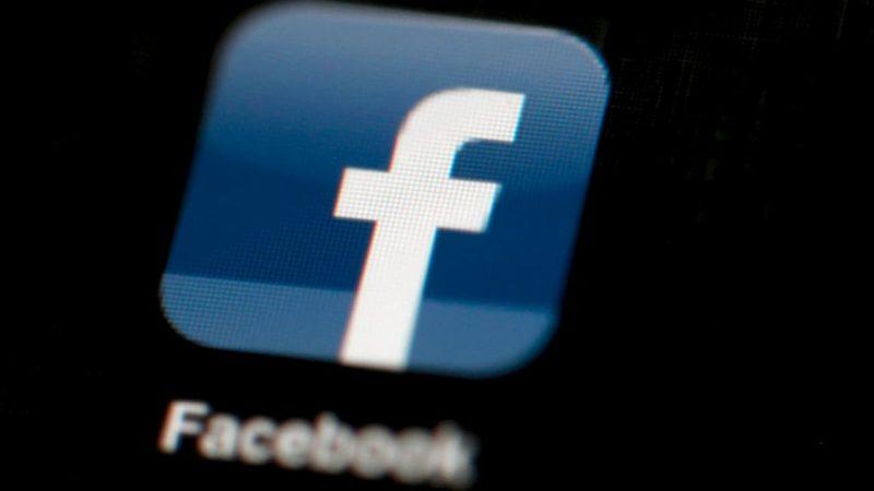 Ícone do Facebook em uma tela de fundo preto.