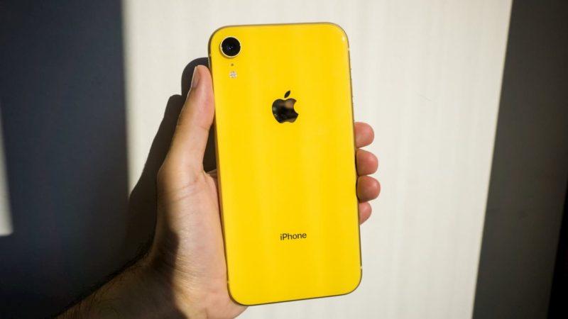 Traseira do iPhone XR amarelo