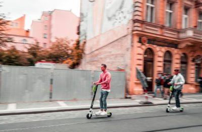Pessoa andando de patinete da Lime em Praga, na República Tcheca,