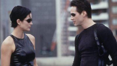 Carrie Ann-Moss, como Trinity, e Keanu Reeves, como Neo, em cena do filme Matrix